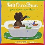 Petit Ours Brun joue dans son bain